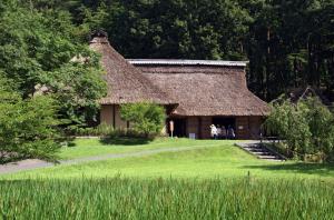 Les minka (litt. « maison du peuple ») sont les résidences traditionnelles. On peut les diviser en deux catégories : les nōka ( lit. « fermes ») et les machiya (lit. « maison des bourgs »). Crédit Reneonnie